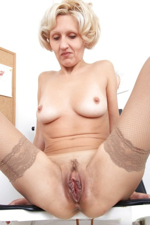 Old mature woman spreading big pussy