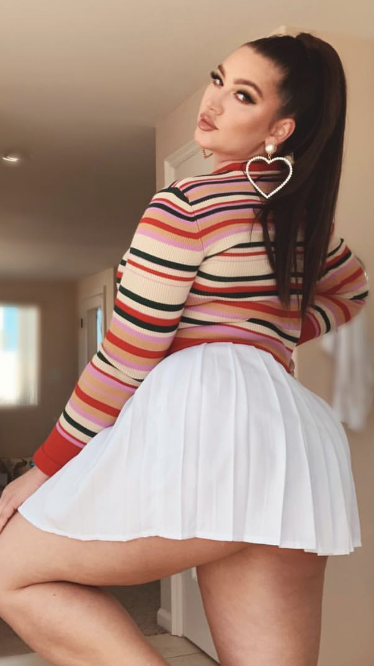 Sexy voluptuous girls in skirts pics
